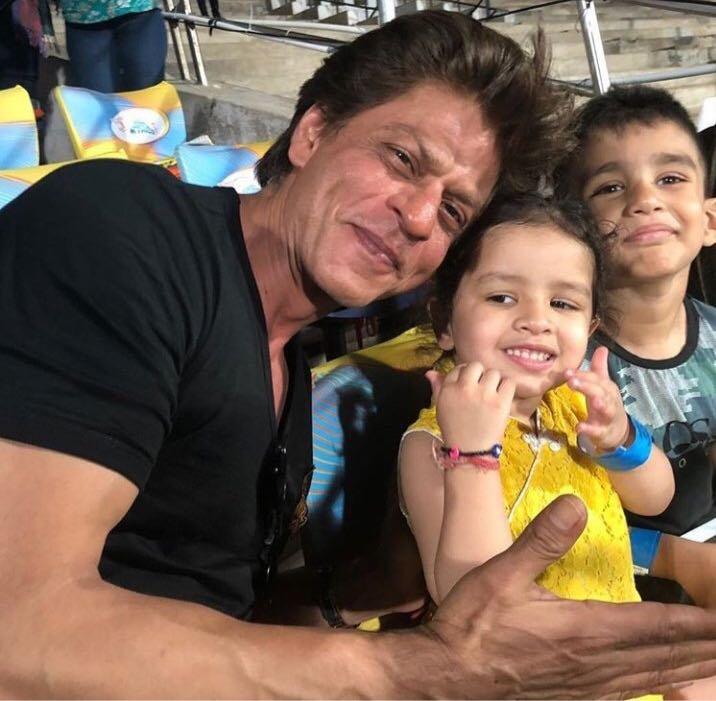Shahrukh khan and ziva (photo source: twitter)