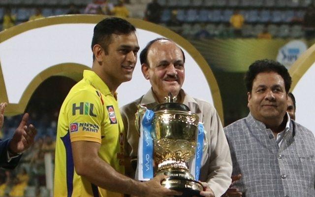 BCCI acting president CK Khanna presents IPL 2018 Trophy to Chennai Super Kings captain MS Dhoni. (Photo by Surjeet Yadav/IANS)