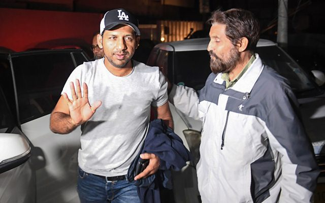 Sarfraz Ahmed gestures as he arrives at home in Karachi (Photo by ASIF HASSAN / AFP)