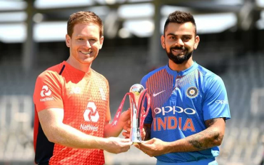 England captain Eoin Morgan and India captain Virat Kohli hold the series trophy. (Photo by Gareth Copley/Getty Images)